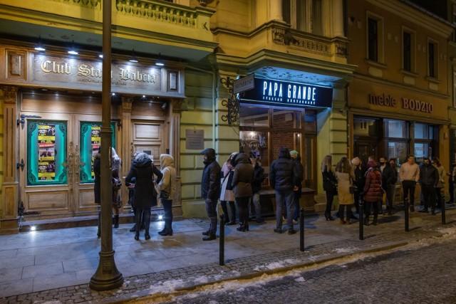 Pierwsi zainteresowani spotkaniem organizacyjnym partii Strajk Przedsiębiorców przyszli pod klub Stara Babcia przez godz. 20