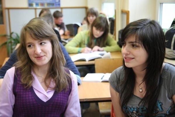 Teraz, gdy czasem ktoś zaczepi nas na ulicy po angielsku, to mamy opory, żeby mówić w tym języku. A jeśli wszystkie lekcje byłyby w nim prowadzone, to mówiłybyśmy płynnie - mówią Ania Kostina (z prawej) i Magda Sidorowicz, uczennice klasy I g w II LO.