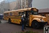 """Amerykański autobus szkolny w łódzkim Pasażu im. Schillera. Świąteczna akcja Fundacji """"Happy Kids"""""""