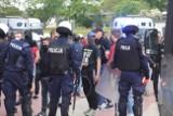 Kibice Widzewa zebrali się przed stadionem na al. Piłsudskiego! Była też policja ZDJĘCIA