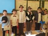 Dzień Kobiet w Szkole Podstawowej numer 3 w Jędrzejowie. Chłopcy przygotowali dla dziewcząt wyjątkowy występ (ZDJĘCIA)