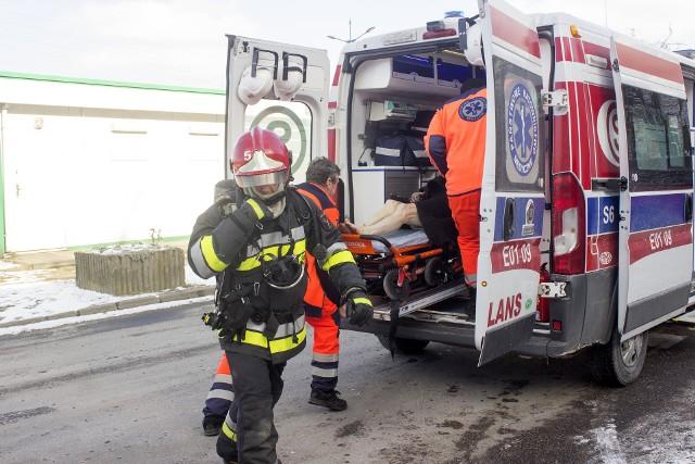 Groźny pożar na Bartoka w Łodzi. Starsza kobieta na balkonie wzywała pomocy. Ewakuowali ją strażacy