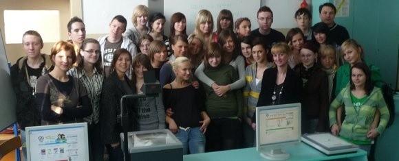 """Klasa I """"OD"""" liceum dziennikarskiego w ZS 1 ze swoją opiekunką, Katarzyną Wieczorkiewicz i animatorami warsztatów dziennikarskich."""
