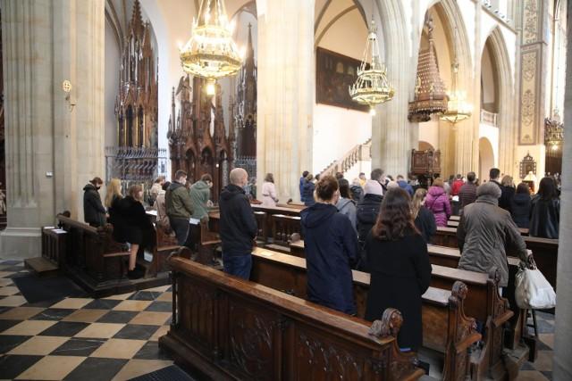 Czy 2 listopada trzeba iść do kościoła - zastanawiają się katolicy. A pracownicy dodają: a czy Zaduszki to dzień wolny od pracy? Sprawdźcie!