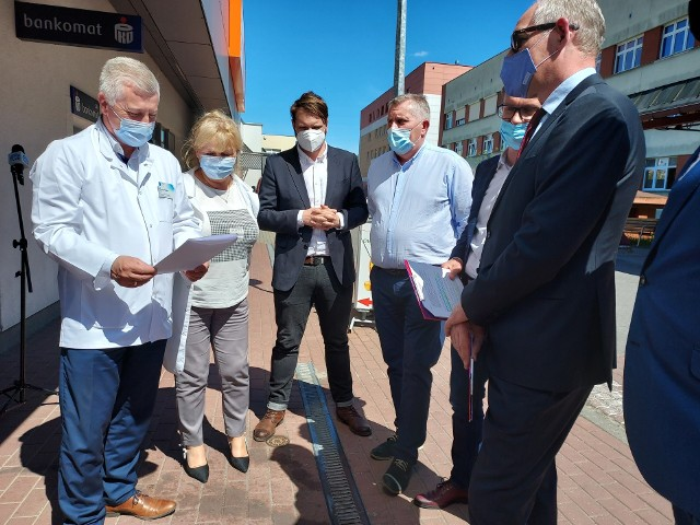 Dyrektor szpitala Maciej Hoppe (na zdjęciu od lewej) dziękował posłowi Robertowi Kwiatkowskiemu (na zdjęciu od prawej) i lokalnym działaczom z Lewicy za szukanie realnych rozwiązań i podejmowanie inicjatywy mających na celu pomoc w oddłużeniu naszej lecznicy
