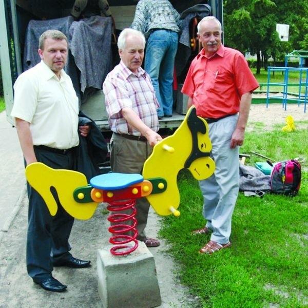 Nowe zabawki montują Dariusz Maciak, przewodniczący rady miasta (z lewej), Władysław Ścibek z rady osiedla Śródmieście i Leszek Salamucha z Ostrołęckiej Spółdzielni Mieszkaniowej