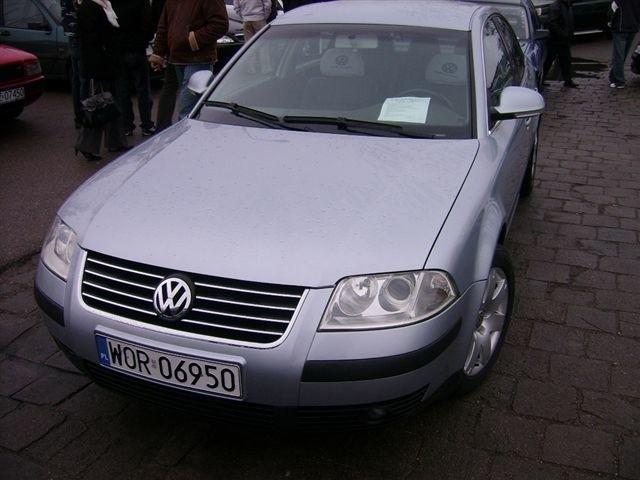 VW Passat, 2004 r., 1,9 TDI, klimatronic, czujnik parkowania, elektryczne szyby i lusterka, wspomaganie kierownicy, immobiliser, centralny zamek, komputer pokladowy, ABS, ESP, kontrola trakcji, 32 tys. 700 zl