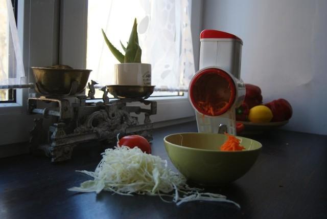 Maszynka do rozdrabniania warzywTaką tarką na korbkę o wiele łatwiej i szybciej zetrze się marchewkę, czy poszatkuje kapustę. I bezpieczniej dla palców.
