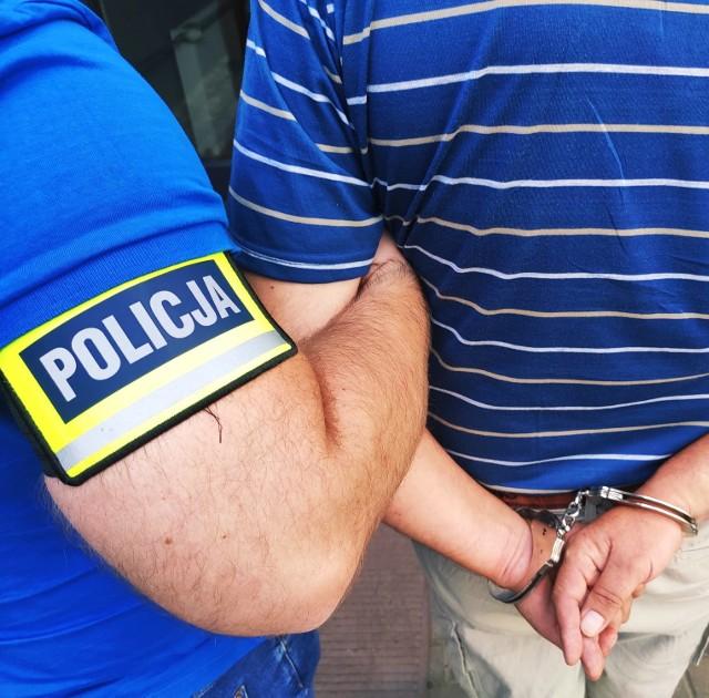 Podejrzany został zatrzymany w Ostrowi Mazowieckiej. Policjanci znaleźli przy nim przedmiot przypominający broń oraz gotówkę - prawdopodobnie łup z innych przestępstw.