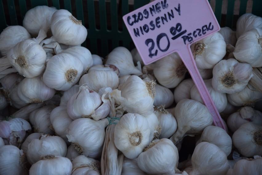 Przez epidemię  koronawirusa zmalał handel. Chociaż ceny owoców i warzyw  są stabilne to klientów na targach coraz mniej