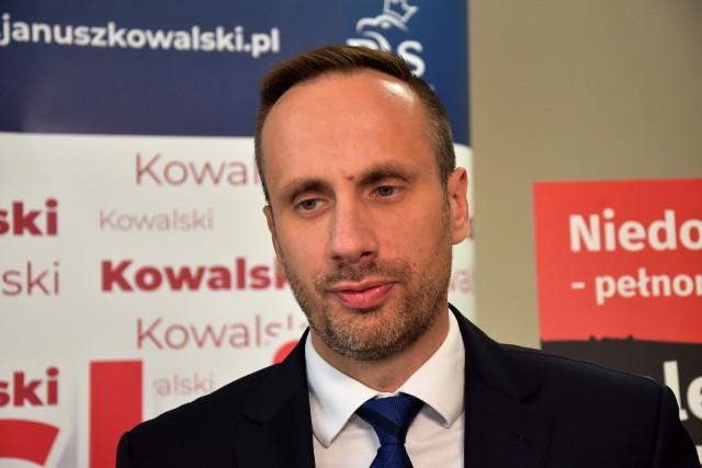 Źródła Onetu twierdzą, że Janusz Kowalski straci stanowisko wiceministra aktywów państwowych.