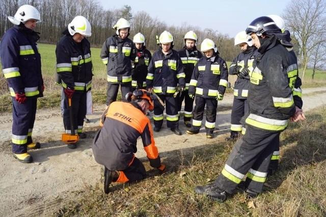 Wszystkie jednostki Ochotniczych Straży Pożarnej Gminy Grudziądz zaliczyły ćwiczenia w trybie alarmowym. Ich scenariusz przewidywał usuwanie skutków trąby powietrznej we wsi Węgrowo. Na następnych stronach znajdziesz kolejne zdjęcia.Strażacy z OSP Radzyń Chełmiński mają nowy samochód: