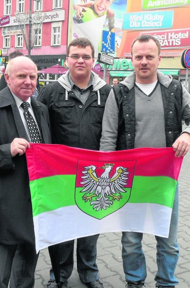 Arkadiusz Chęciński (pierwszy z prawej) identyfikuje się z Zagłębiem. Protestował też przeciw jednemu z obraźliwych profili