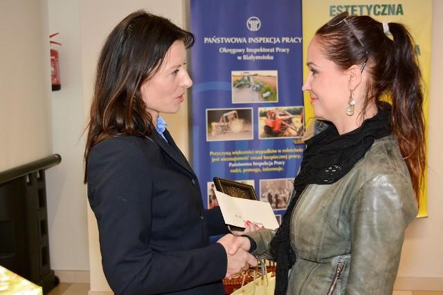 Jolanta Den wicestarosta powiatu białostockiego (z lewej) przyznała wczoraj nagrodę Barbarze Gębali za zajęcie trzeciego miejsca w konkursie na estetyczne i bezpieczne gospodarstwo agroturystyczne powiatu białostockiego