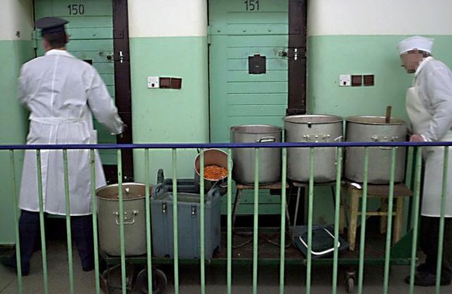 Co jedzą więźniowie? Okazuje się, że posiłki dla osadzonych wcale nie są monotonne. Więźniowie mają urozmaiconą dietę, mogą liczyć na potrawy kuchni wegetariańskiej a także specjalne diety wyznaniowe. Zobacz na kolejnych slajdach  tygodniowy jadłospis osadzonych w łódzkim areszcie śledczym przy ul. Smutnej