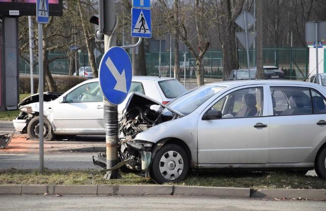 Na skrzyżowaniu pod inowrocławskim ratuszem zderzyły się skoda z volkswagenem. Do szpitala na badania trafiła kobieta jadąca volkswagenem