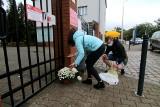 Co się dzieje na wrocławskich cmentarzach? Stoiska otwarte, ludzie układają kwiaty i znicze pod bramami [ZDJĘCIA]