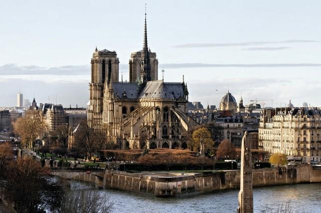 Katedra Notre Dame w Paryżu jest jednym z najbardziej rozsławionych zabytków sakralnych na świecie, a przyczynił się do tego między innymi Victor Hugo swoją powieścią. Budowa trwała ponad 180 lat, a co roku odwiedza ją ponad 12 mln turystów. Drugiego tak często odwiedzanego miejsca we Francji po prostu nie ma! Gdy 15 kwietnia 2019 w katedrze wybuchł pożar, oczy całego świata skierowały się w stronę Paryża. Notre Dame uległa ogromnym zniszczeniom, ale już zapowiedziano jej odbudowę. A jaka była historia najważniejszej katedry na świecie? Zobaczcie sami.