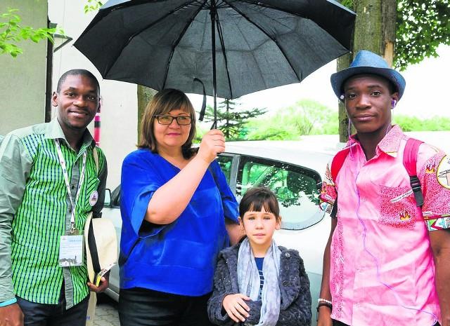Fabrice Mbading-Nzi-Ibing z Gabonu zamieszkali u rodziny Agnieszki Szlagowskiej, która wczoraj rano z córeczką Amelką odwiozła ich na spotkanie  do DPS-u w Zaściankach
