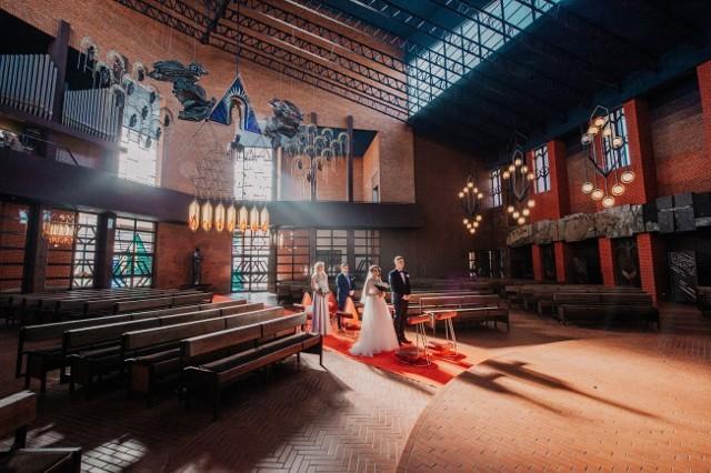 Z powodu epidemii ślub Katarzyny i Arkadiusza odbył się w prawie pustym kościele