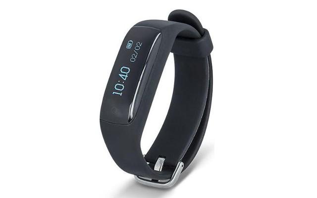 Czasy, gdy każdy dostawał na komunię zegarek to już przeszłość. Teraźniejszość należy do smartwatchy i smartbandów, czyli inteligentnych zegarków i opasek na rękę, które agregują najlepsze cechy tradycyjnych czasomierzy i smartfonów. Wybrane modele komunikują się z telefonem przy pomocy połączenia Bluetooth. Dzięki temu, na ekranie opaski użytkownik może odczytywać powiadomienia o nowych wiadomościach i połączeniach. Te inteligentne urządzenia posiadają również funkcje pomiaru aktywności, czyli krokomierz oraz pulsometr, a także ułatwiają rodzicom sprawowanie opieki nad dzieckiem dzięki podglądowi lokalizacji GPS i opcji szybkiego kontaktu. Oprócz funkcjonalności warto wziąć również pod uwagę upodobania dziecka względem kolorów. Producenci oferują zróżnicowaną ofertę również w zakresie barw. Tego rodzaju prezent możemy zakupić w cenie już od 99 złotych.