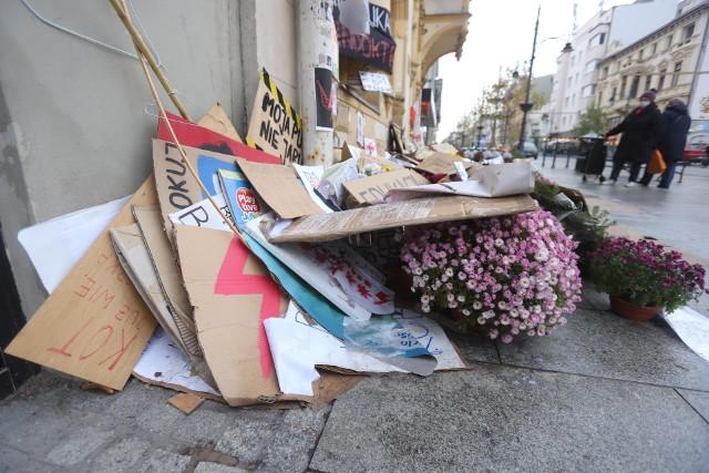 Piotrkowska 143, siedziba PiS. Moc i frekwencja protestów osłabły, ale zniczy i wieńców wciąż przybywa. Kłopot tylko w tym, że widok powoli staje się wątpliwy estetycznie.