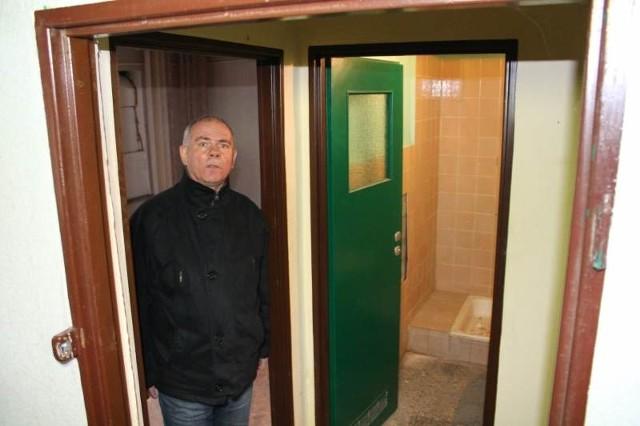 - Na sprzedaż wystawiony jest cały obiekt o powierzchni 680 m kw. - mówi Józef Piosek, szef krapkowickiej komunalki.