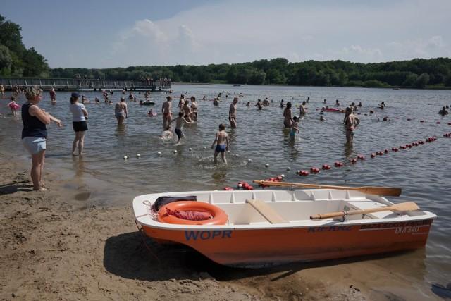 W Wielkopolsce znajdziemy wiele malowniczo położonych jezior i pięknych plaż. Nie wiesz gdzie udać się na letni wypoczynek lub spędzić czas nad wodą z rodziną? Przygotowaliśmy zestawienie najpiękniejszych plaż w Wielkopolsce. Zobacz jakie znajdziesz tam atrakcje i co wyróżnia poszczególne plaże. Sprawdź nasze propozycje i znajdź idealne miejsce dla siebie.Przejdź do galerii------------>
