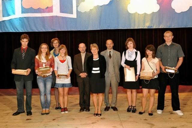 Pamiątkowe zdjęcie: laureaci konkursu w kategorii gimnazja i szkoły ponadgimnazjalne wraz z jurorami i dyrektorką MBP w Jaśle