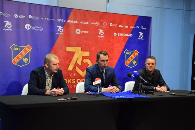 Tomasz Lisiński (w środku) cieszy się, że sztab szkoleniowy zgodził się na obniżenie pensji. Teraz czeka na ruch piłkarzy.