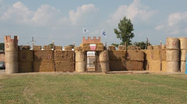 Plantatorzy będą bronić zamku z bel słomy, który wybudowano już na osiedlowym placu. Ich orężem mają być pomidory.