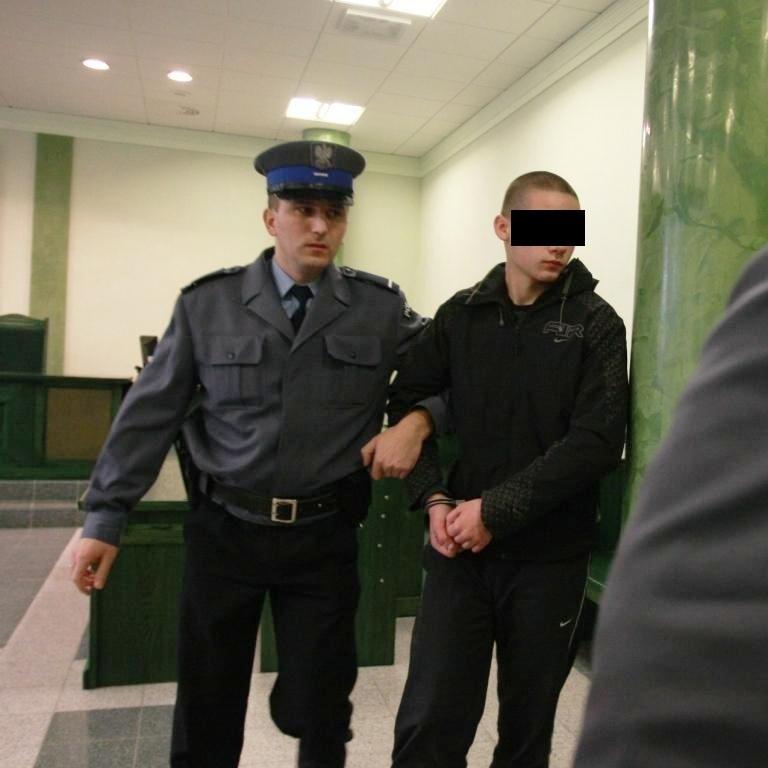 Oskarżonego do sądu doprowadzili policjanci.