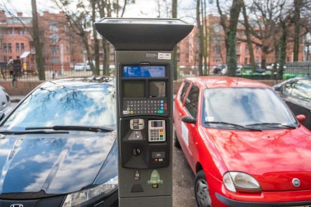 Tam gdzie parkowanie jest płatne, od 1 lutego będą uruchomione parkomaty, stoją tez już znaki drogowe P płatne. Tam, gdzie jeszcze Strefy nie można wprowadzić, parkomaty są oznaczone taśmą i informacją, że są jeszcze nieaktywne