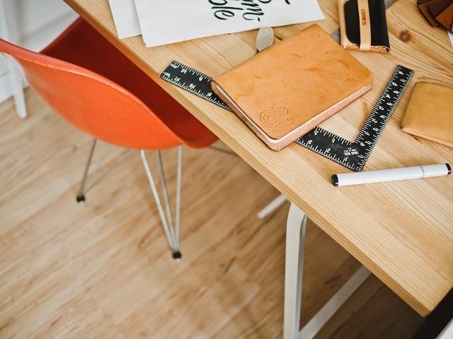Architekt wnętrzEkspert w dziedzinie powinien umieć negocjować, rozmawiać z klientem, mieć dar słuchania, ale i dar przekonywania.