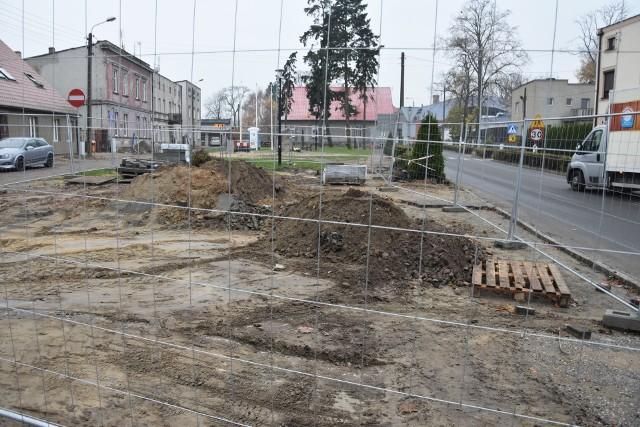 Plac Wolności w Mroczy rozkopany i częściowo niedostępny dla pieszych. Podobnie jest na innych ulicach w obrębie skrzyżowania. Wkrótce spodziewać się możemy zmian w organizacji ruchu