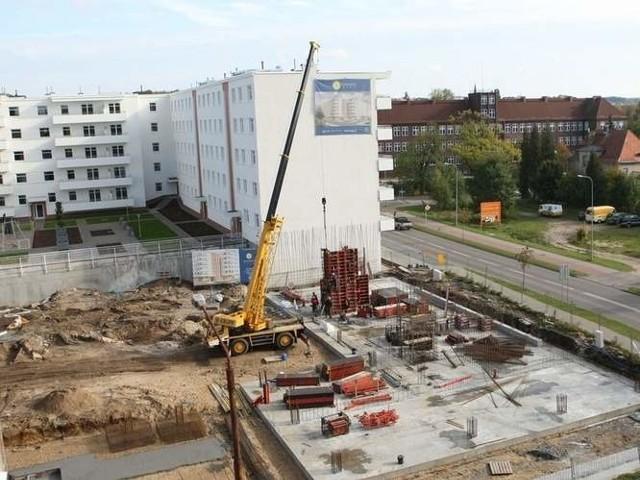Słupsk osiedleJeden dom już stoi, i większość mieszkań jest już wykupiona. Zaczyna się budowa drugiego.