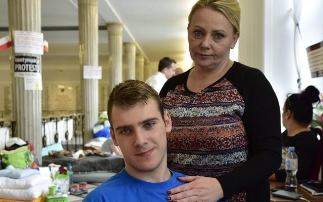Ubiegłoroczny protest niepełnosprawnych i  ich rodziców trwał w Sejmie 40 dni. Jego liderką i twarzą (podobnie, jak w 2014 roku) była Iwona Hartwich z Torunia - na zdjęciu z synem Jakubem.