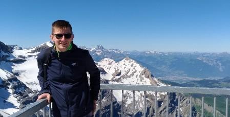 Poza prowadzeniem badań naukowych bardzo lubi podróże, wycieczki górskie (zdjęcie nieprzypadkowe), język francuski oraz Formułę 1.