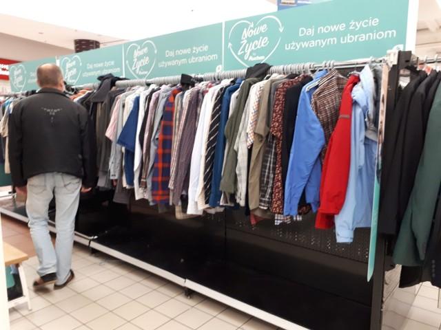 Stoisko z używanymi ubraniami w Auchan przy al. Piłsudskiego w Łodzi.