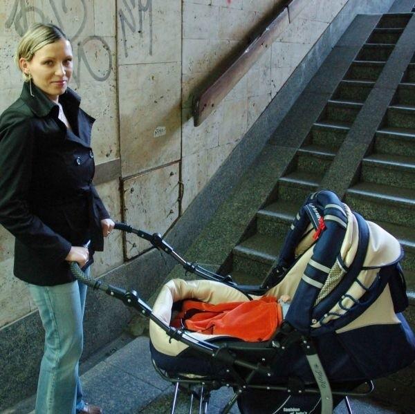 - Sama bym tu nigdy nie dała rady wepchnąć wózka. Bardzo tu stromo - mówi Angelika Olender, mama trzymiesięcznego Kubusia.