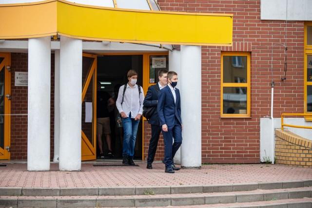 We wtorek, równo o godzinie 9,  młodzież w całym kraju zasiadła w szkolnych ławkach. Językiem polskim rozpoczęły się egzaminy ósmoklasisty.