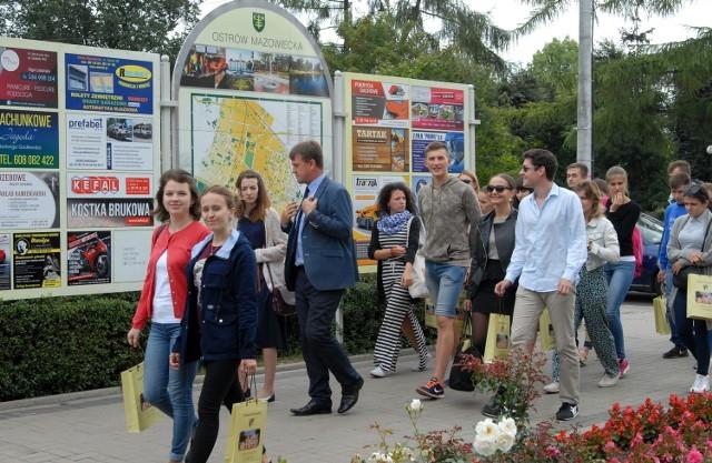 Młodzi Ukraińcy spacerują po Ostrowi