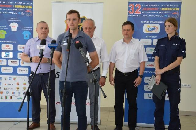 Podczas konferencji Krzysztof Parma,  przedstawiciel  drużyny kolarskiej Voster ATS Team