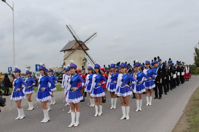 Wielkie otwarcie Krasocińskiego Wiatraka - orkiestra dęta i mażoretki dały wspaniały popis.
