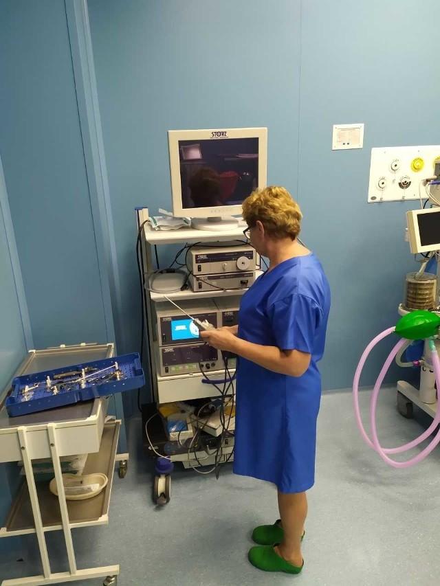 Anna Pucołowska, pielęgniarka operacyjna z chełmińskiego szpitala przy niedawno zakupionym sprzęcie scheiver, czyli artroskopie