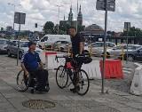 Tadeusz Mazur z Ostrowca zbiera pieniądze na ręczny wózek sportowy. Pomaga mu policjant z Kielc (ZDJĘCIA)
