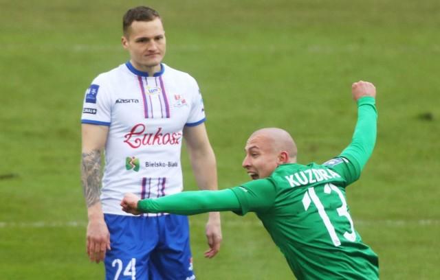 Sezon Podbeskidzia na jednym zdjęciu - David Niepsuj przygląda się triumfującemu Jakubowi Kuzdrze z Warty Poznań, która w marcu pokonała Górali 2-0.