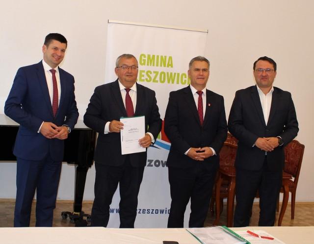 Minister Infrastruktury Andrzej Adamczyk podpisał w Krzeszowicach aneks na rozszerzenie prac związanych z rozbudową drogi Rudawa-Młoszowa