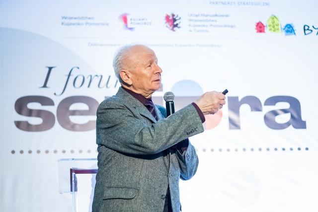 Prof. Roman Ossowski podpowiada osobom starszym, jak przetrwać czas pandemii, gdy ciągle szczególnie osoby starsze powinny ograniczyć wyjścia na zewnątrz, unikać kontaktów