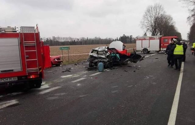 Do tragicznego wypadku doszło w miejscowości Podstolice w powiecie chodzieskim. Ciężarówka zderzyła się z samochodami osobowymi. Nie żyje jedna osoba, a trzy zostały ranne.Przejdź do kolejnego zdjęcia --->